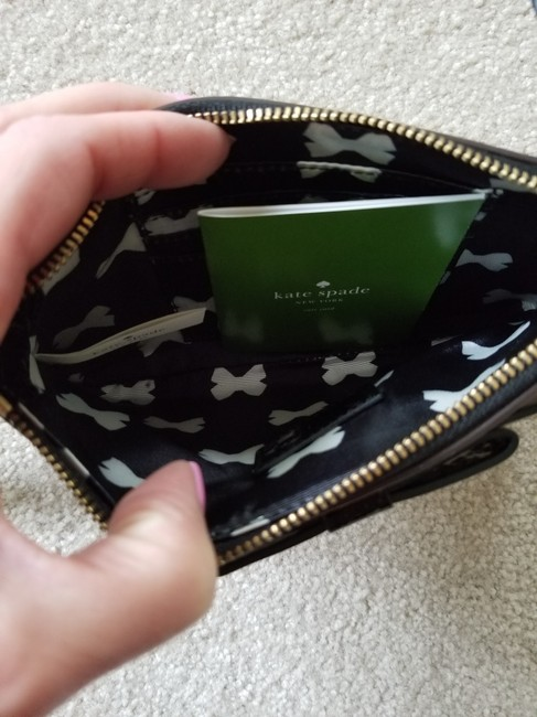 kate-spade-lolly-chelsea-stripe-ivory-and-black-patent-leather-wristlet-3-0-650-650
