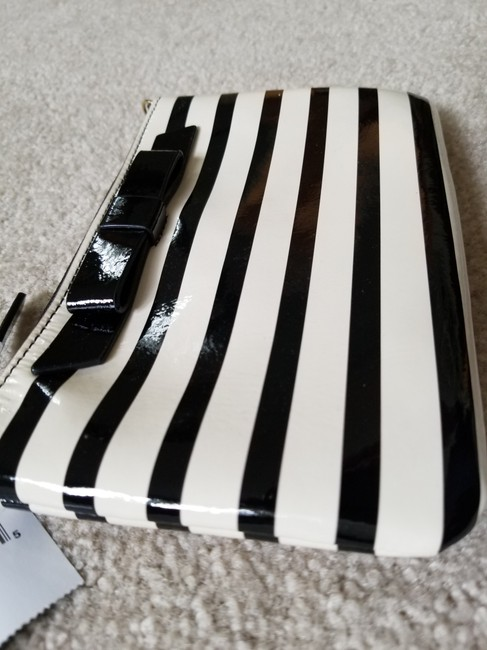 kate-spade-lolly-chelsea-stripe-ivory-and-black-patent-leather-wristlet-9-0-650-650